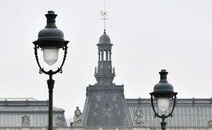 Les policiers ont effectuer des vérifications après l'évacuation de l'esplanade du Louvre, à Paris, ce dimanche 7 mai 2017.