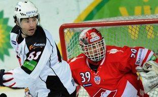 Le gardien de but tchèque de hockey sur glace Dominik Hasek, double vainqueur de la Coupe Stanley avec Detroit (2002, 2008) et champion olympique en 1998, va définitivement raccrocher à 47 ans les patins, a-t-il annoncé dans la presse mardi.