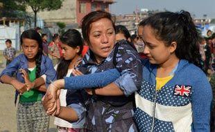 Des officiers de la police népalaise dispensent des cours d'autodéfense le 5 juin 2015 aux victimes du séisme à Katmandou