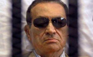 """L'ex-président égyptien Hosni Moubarak était mardi soir en état de """"mort clinique"""" après une attaque cérébrale, a annoncé l'agence officielle Mena, mais une source médicale a affirmé qu'il était dans le coma et que les médecins tentaient de le ranimer."""