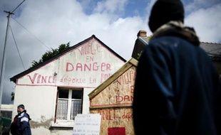 Claude Herbin (g), un habitant qui pourrait devoir quitter sa maison en raison de la construction de l'aéroport de Notre-Dame-des-Landes, le 14 mai 2015