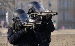 La police faisant usage du LBD40. (ARchives)