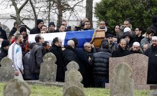 Le cercueil du policier assassiné Ahmed Merabet au cimetière de Bobigny, le 13 janvier 2015.
