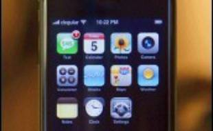 """Apple a effectué une entrée tonitruante dans la téléphonie mobile mardi avec la présentation de l'""""iPhone"""", également baladeur, appareil photo et navigateur internet, que le PDG de l'entreprise Steve Jobs a qualifié d'""""appareil numérique ultime""""."""