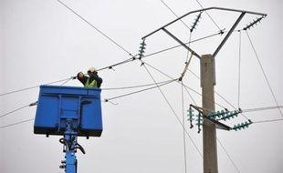 L'électricité devrait être rétablie d'ici une semaine dans plus de 90% des foyers, à l'exception des habitants des Landes, le département le plus touché par les intempéries de ce week-end, a annoncé lundi sur RTL le PDG du groupe EDF Pierre Gadonneix.