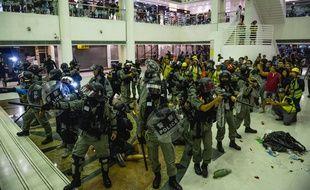 La police antiémeute intervient dans un centre commercial d'Hong Kong, le 3 novembre 2019.