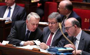 """Jean-Marc Ayrault a écrit jeudi à Jérôme Cahuzac, mis en examen pour blanchiment de fraude fiscale, pour lui demander de """"renoncer à ses indemnités"""" d'ancien ministre, a annoncé le Premier ministre sur son compte Twitter."""