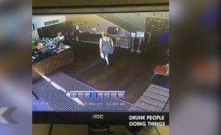 Elle fait ses besoins dans un magasin - Le Rewind