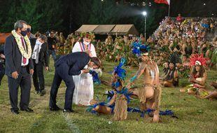Emmanuel Macron fait un baise main à une danseuse lors d'une cérémonie de danses traditionnelles sur l'île Hiva Oa aux Marquises, en Polynésie française le dimanche 25 juillet 2021.