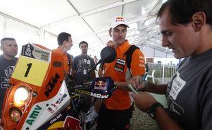 Le motard espagnol Marc Coma, lors de ses vérifications techniques à Mar Del Plata (Argentine), avant le départ du Dakar le 31 décembre 2011.