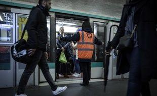 Un agent de la RATP gère les flux de voyageurs à la station Châtelet.