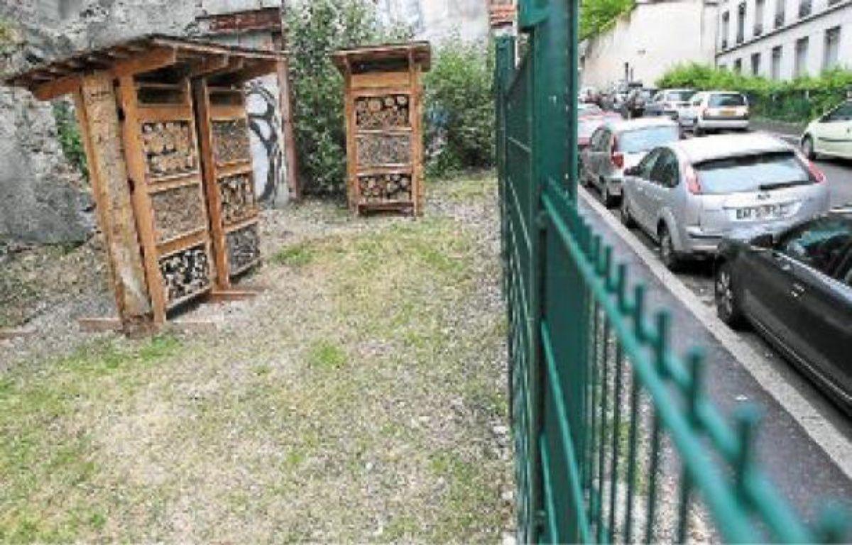 L'hôtel à abeilles, avec plantes et nichoirs, a été inauguré samedi rue du Bon Pasteur (1er). –  C. VILLEMAIN / 20 minutes
