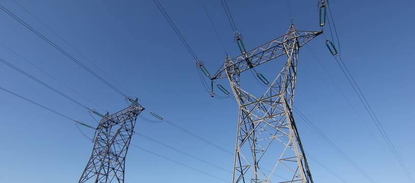Illustration. Pylônes et poteaux électriques et ligne à haute tension.