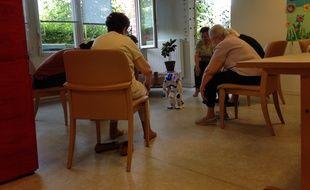 Des personnes âgées font de la gymnastique avec le robot Nao, à la résidence André-Chénier d'Issy-les-Moulineaux.
