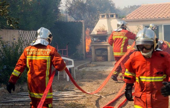 Les pompiers lors de l'incendie de Carro, près de Martigues.