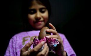 Une petite fille montre une friandise qui va prochainement être interdite au Chili à Santiago, le 20 juin 2016