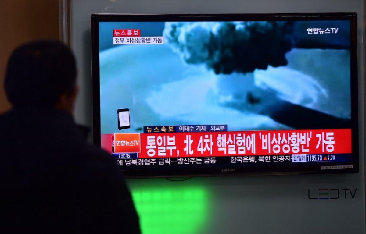 Une personne regardant les images de l'essai nucléaire en Corée du Nord, le 6/01/2015. – JUNG YEON-JE / AFP