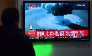 Une personne regardant les images de l'essai nucléaire en Corée du Nord, le 6/01/2015.