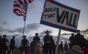 Une pancarte pro-Trump en faveur de la construction du mur à la frontière américano-mexicaine.
