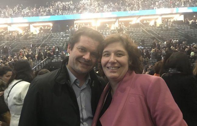 Claire est venue assister à la conférence de Michelle Obama avec son mari Régis, et tous deux sont sensibles au discours de l'ex First Lady, qui encourage les femmes à conquérir la place qui leur appartient.