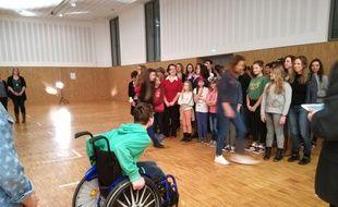 Le clip a été tourné dans la salle des fêtes du manège, le dimanche 12 mars.