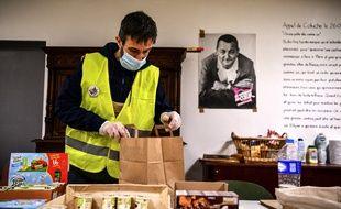 Un volontaire des Restos du coeur, le 26 mars, à Orléans.