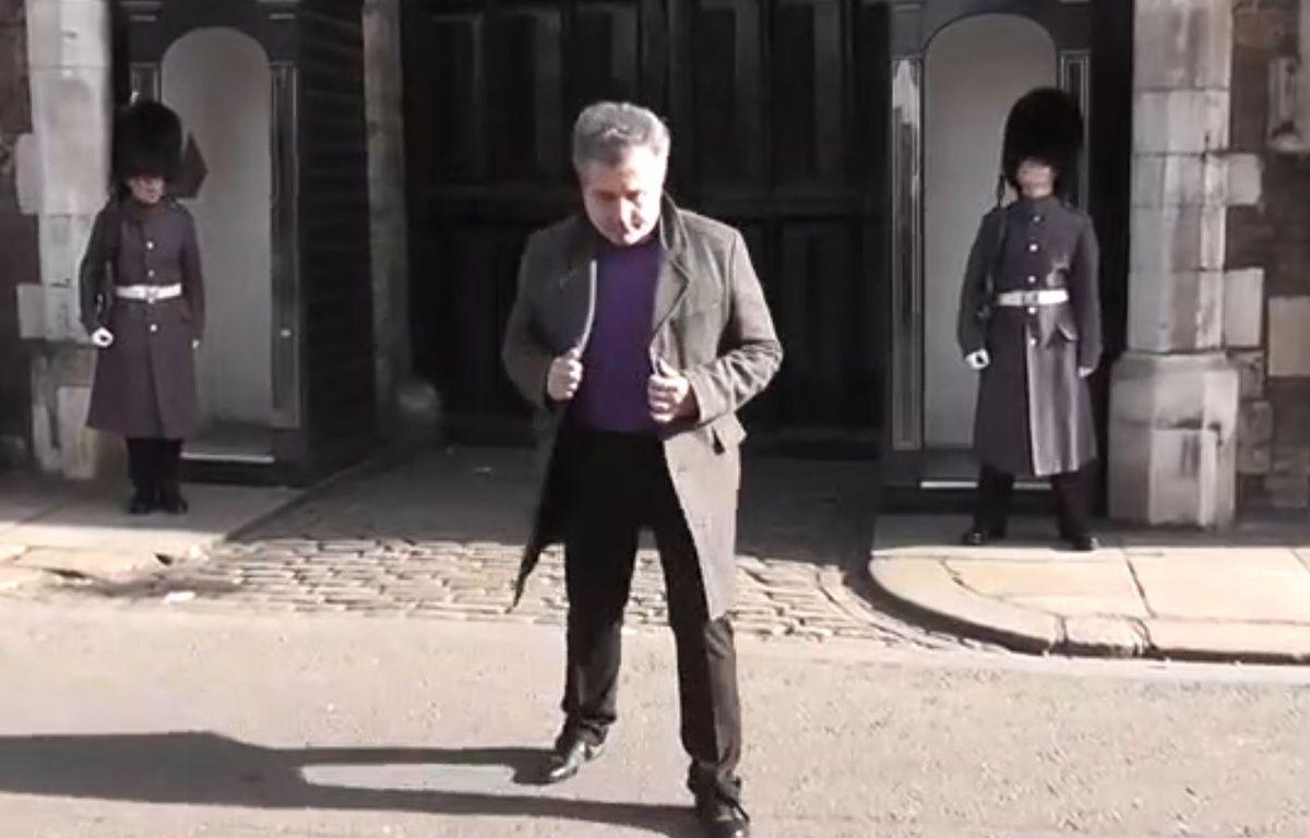 Ce Français n'a vraiment pas fait rire ce soldat de la garde royale   – Capture Dailymotion
