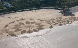 Les figures géométriques ont été dessinées sur la plage des Rosaires près de Saint-Brieuc.