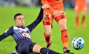 Frédéric Guilbert le défenseur des Girondins de Bordeaux, tacle un attaquant de Lorient, lors d'un match de Coupe de la ligue disputé le 12 janvier 2016 à Bordeaux. AFP PHOTO / NICOLAS TUCAT