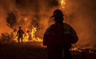 Des pompiers luttent contre le Carmel fire, un incendie qui ravage le sud de la région de San Fancisco,  le 19 août 2020