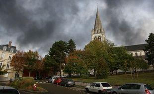 La fumée de l'incendie de l'usine chimique Lubrizol a envahi la ville de Rouen.