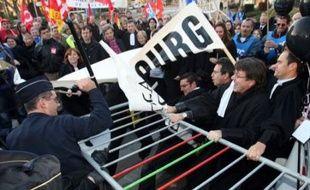 Le déplacement de Mme Dati a été marqué par une bousculade opposant en milieu d'après-midi les forces de l'ordre à des avocats venus manifester leur opposition à la réforme de la carte judiciaire.