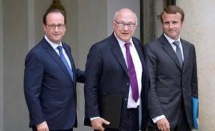 François Hollande avec son ministre des Finances Michel Sapin (c) et le nouveau ministre de l'Economie Emmanuel Macron (d), à la sortie du Conseil des ministres, le 27 août 2014