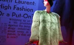 Ce manteau de fourrure, issu des archives de la maison Saint Laurent, ne défilera plus sur les podiums de la marque.