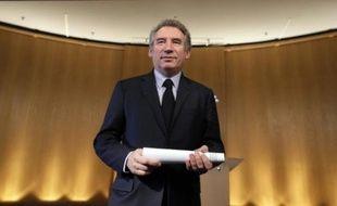 """Le président du MoDem, François Bayrou a estimé lundi que le vote croissant en faveur du Front national était une manière pour certains électeurs, choqués par les scandales et la multiplication des promesses mensongères des politiques, de """"renverser la table""""."""
