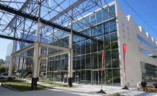 L'entrée de la halle 6 Ouest, pôle universitaire dédié aux cultures numériques.