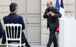 Le ministre de la Justice, Eric Dupond-Moretti, et le ministre de l'Intérieur, Gérald Darmanin (de dos), à Paris à l'issue du Conseil des ministres du 28 avril 2021 (illustration).