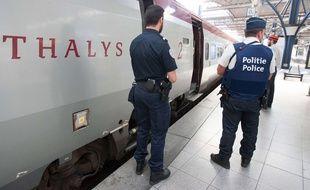 Photo d'archives du 22 août 2015, montrant des agents de police belge et français devant l'entrée d'un train Thalys, en gare Bruxelles Midi (Belgique).