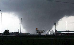 Jeudi 28 avril au soir, le bilan des tornades qui frappent sept Etats du sud des Etats-Unis  atteignait 295 victimes. La ville de Tuscaloosa, dans l'Alabama, a subi les vents les plus violents, voisins de 200 km/h. 36 personnes ont été tuées dans le comté.