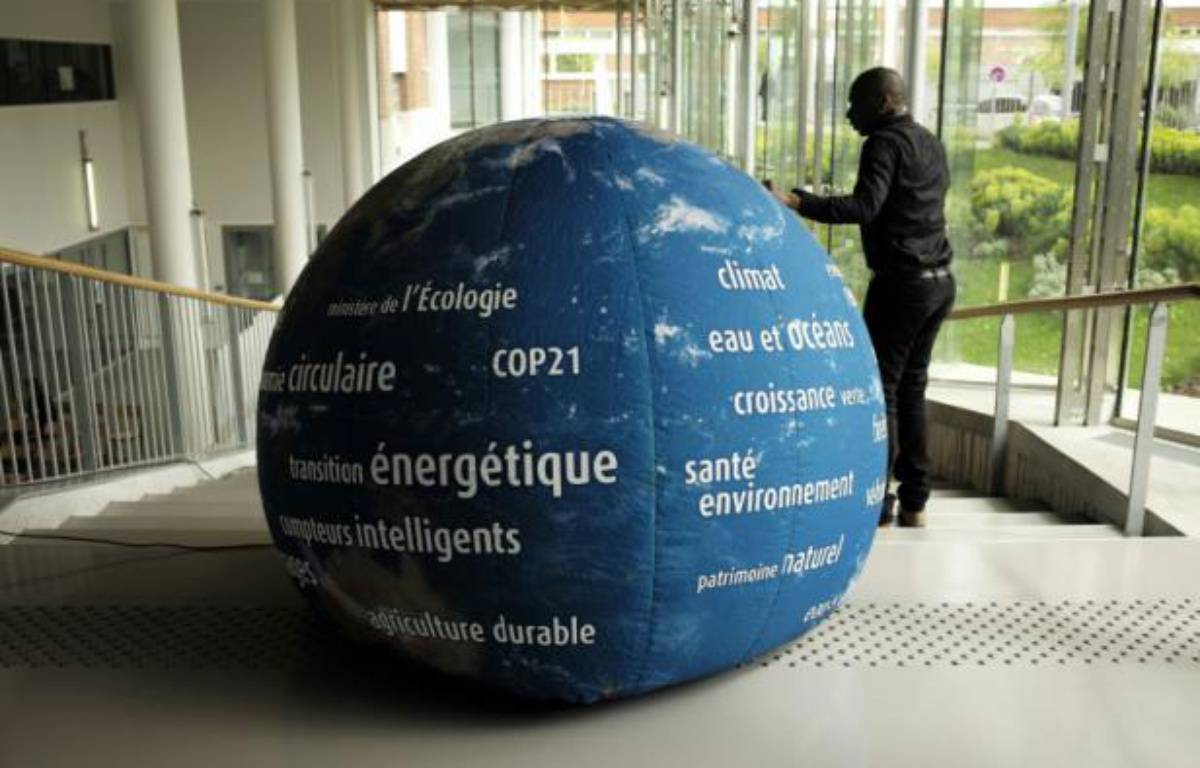 Un globe terrestre avertissant contre les dangers du réchauffement climatique, sur le site de la COP21 au Bourget (Seine-Saint-Denis), le 6 mai 2015 – Lionel Bonaventure AFP
