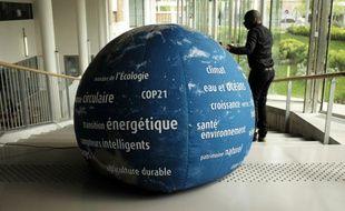 Un globe terrestre avertissant contre les dangers du réchauffement climatique, sur le site de la COP21 au Bourget (Seine-Saint-Denis), le 6 mai 2015