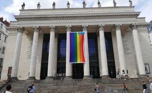 Un drapeau arc-en-ciel sur le théâtre Graslin de Nantes