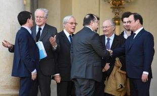 Le Premier ministre Manuel Valls (G), le président du Crif Roger Cukierman (C) et le président François Hollande (D) sur le perron de l'Elysée le 11 janvier 2015 à l'Elysée à Paris