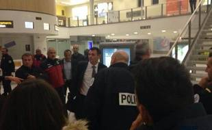 L'arrivée houleuse de Willy Sagnol et ses joueurs à l'aéroport de Mérignac après la défaite à Ajaccio