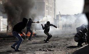 Des palestiniens affrontent les forces de sécurité israéliennes dans le camp de réfugiés de Shuafat à Jérusalem Est, le 7 novembre 2014