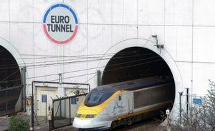 Un train sort de l'Eurotunnel à Coquelles, dans le nord de la France, le 10 avril 2014
