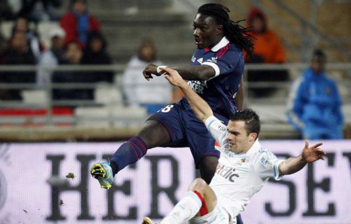 Le Marseillais Jérémymorel tente de contrer le Lyonnais Bafétimbi Gomis, le 5 février 2012, au Stade Vélodrome. – REUTERS/Jean-Paul Pelissier
