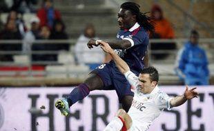 Le Marseillais Jérémymorel tente de contrer le Lyonnais Bafétimbi Gomis, le 5 février 2012, au Stade Vélodrome.