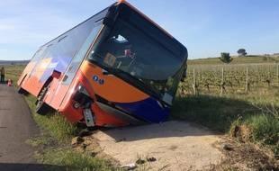 Le bus de transport scolaire s'est couché dans un fossé sur une petite route étroite.