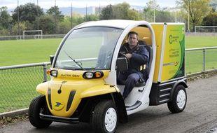 Un employé de La Poste à bord de l'une des premières voitures électriques mises en service par le groupe, le 05 octobre 2010 à Saint-Etienne.